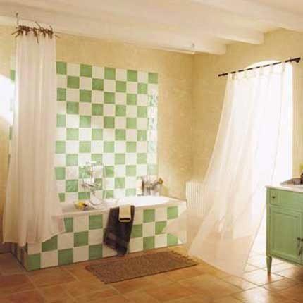 Peindre le carrelage blanc de la salle de bain avec une peinture verte ...
