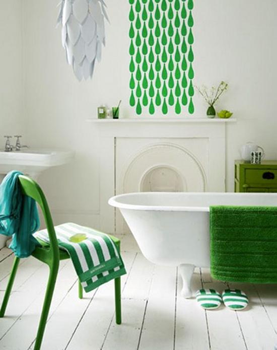 Refaire une salle de bain du sol au plafond  en blanc avec des touches de vert gazon pour le sticker, le tapis de bain et la chaise métallique repeinte.