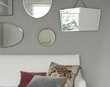 Salon couleur gris et blanc agrandi avec des miroirs - Deco miroir salon ...