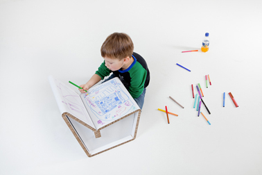 chaise en carton recyclé pour chambre enfant à personnaliser avec des dessins d'enfant