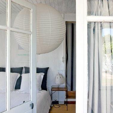 Chambre blanche avec rideau de porte rayures noir gris for Suspension grise chambre