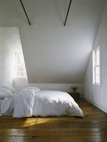 Minimaliste et zen, une chambre parentale sous comble avec une peinture blanc mat, un plafond peint en gris perle et un chaleureux parquet ciré chêne clair