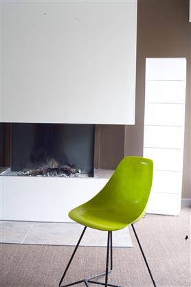 Salon couleur taupe et blanc grisé réhaussé avec le vert citron de la chaise. Photo Peinture Tollens