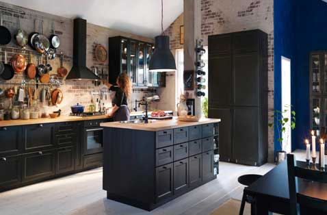 cuisine noire sur mur cr dence en brique ikea. Black Bedroom Furniture Sets. Home Design Ideas