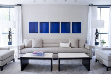 D co salon bleu avec canap gris perle et tableau bleu klein for Salon en bleu et gris