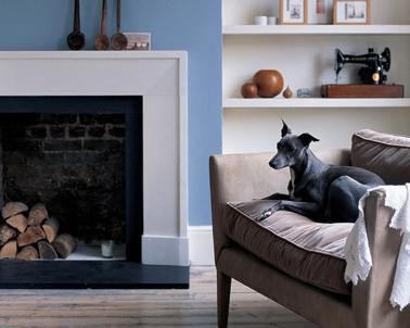 Ambiance élégante et contemporaine pour la déco de ce salon orchestrée avec des nuances de gris perle et de bleu pour les murs. Le fauteuil taupe ajoute une note chaleureuse et fait écho au taupe grisé du parquet.