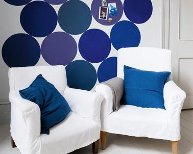 Apporter de la fantaisie sur les murs du salon avec des cercles de peinture dans 3 ou 4 nuances de bleu. Peinture gamme Crème de Couleur, Dulux Valentine