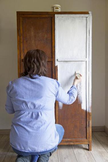 Repeindre une armoire avec un effet patine lib ron d co cool for Peinture liberon pour meuble