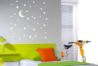 Pochoir mur chambre motif Ciel étoilé peint avec peinture phosphorescente couleur blanc de Maison Déco
