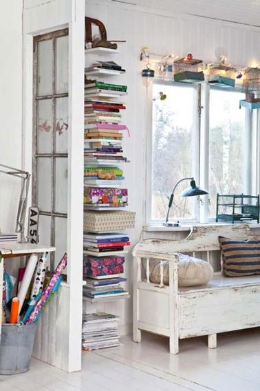 solution rangement livres dans petit salon : étagères avec fixation invisible à poser du sol au plafond