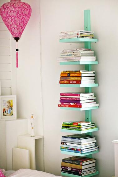 bibliotheque en colonne dans petite chambre fabrique avec tasseau et planche bois peinte en vert d - Astuce De Rangement Chambre