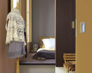 Déco chambre dans une harmonie de brun orange et de violet tendrement rosé pour créer un espace douillet où il fait bon lézarder