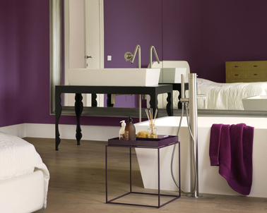 Déco chambre en violet pourpre et blanc, peintures Dulux Valentine