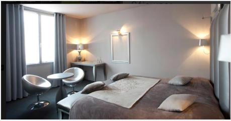 deco chambre style atelier d'artiste. linge de lit et coussin satin couleur gris