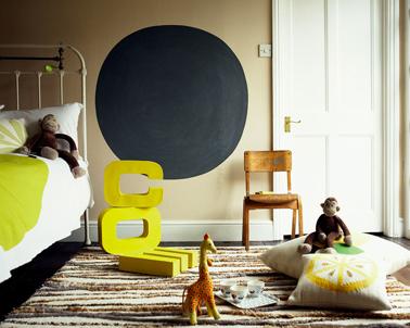 Déco chambre fille couleur lin et ficelle pour la peinture des murs et boiserie, relevées par des touches de jaune printemps avec les accessoires déco.