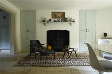 Couleur vert d'eau pour peindre les portes d'un salon aux murs coquille d'oeuf avec fauteuils et table basse noir