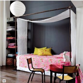 Deco chambre fille grise anthracite . Ciel de lit voile blanc, armoire couleur peinture gris anthracite. Dessus de lit imprimé rose, coussins jaune vif
