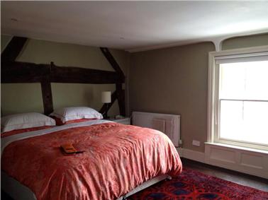Peinture couleur chambre sous combles lin blanc et rouge - Mur blanc casse ...