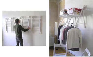 Une astuce rangement pour l à retenir : des chaises fixées au mur qui servent d'étagères pour des paniers et de penderie pour le linge sur cintres