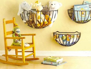idée rangement des peluches et jouets dans une chambre d'enfant : des paniers fixés au mur