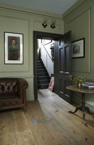 Peinture gris intense pour relooker un salon  aux meubles en bois foncé