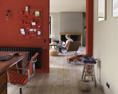 Peinture rouge et gris dans salon bureau : Pour rehausser le gris de la peinture du salon et du bureau,  la cloison murale est peinte en rouge Madras de Dulux Valentine, la chaise de bureau reprend ce même rouge chaud et généreux