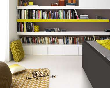Pour dynamiser une peinture salon blanc, un mur est peint couleur taupe et du jaune moutarde pour les objets déco et ainsi  donner du relief à la déco du salon