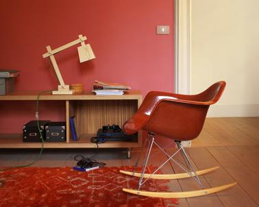 Harmonie de rouge et bois doré dans un salon aux couleurs hivernales. Peinture Dulux Valentine