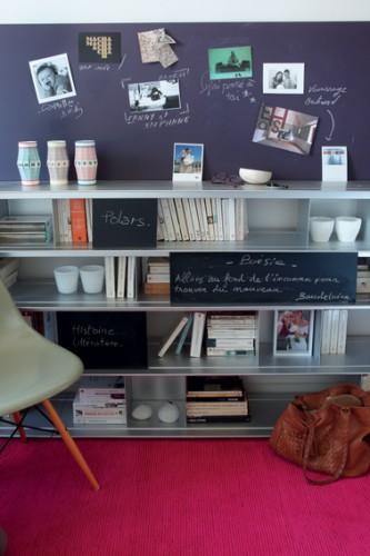 Mur bibliothèque salon peint avec peinture à tableau couleur violet,  porte coulissante bibliothèque peinture à tableau noir
