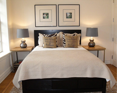 pour agrandir une petite chambre installer chevets, cadres photos, lampes en symétrie, sans oublier les coussins