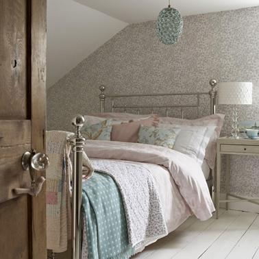 Optez pour un cadre de lit en fer, cuivre ou laiton pour agrandir une petite chambre. il allègera le volume de la pièce et compléter d'une petite table de nuit