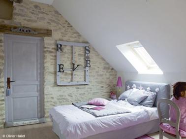 Id e d co pour agrandir une petite chambre sous combles - Chambre avec plafond en pente ...