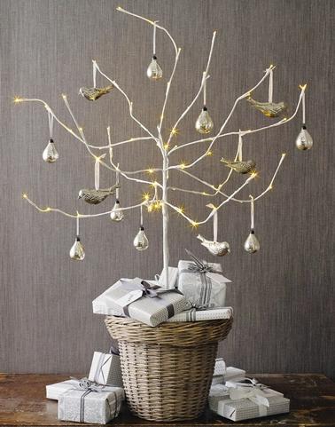 Sapin de Noël réalisé avec une branche d'arbre blanchie posée dans panier osier et décoration or et argent