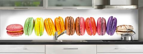 Crédence adhésive sur support verre motif macarons gourmands sur support verre blanc. Réf Macarons chez C Ma Crédence