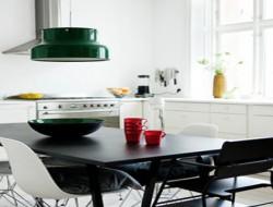 decoration cuisine blanche : meubles, plan de travail blanc, table et chaises noires