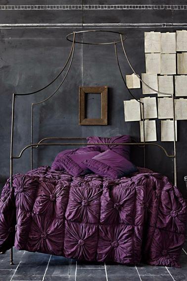 Idee Luminaire Chambre Bebe : Du violet avec une peinture grise pour une chambre baroque