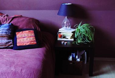 Déco chambre total en violet total look ponctué de touche de noir et de vert