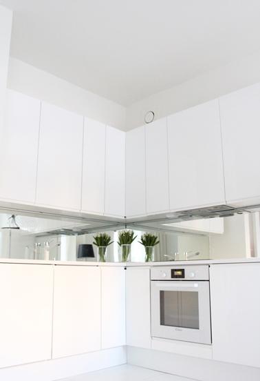 D co cuisine blanche et cr dence miroir for Credence en miroir