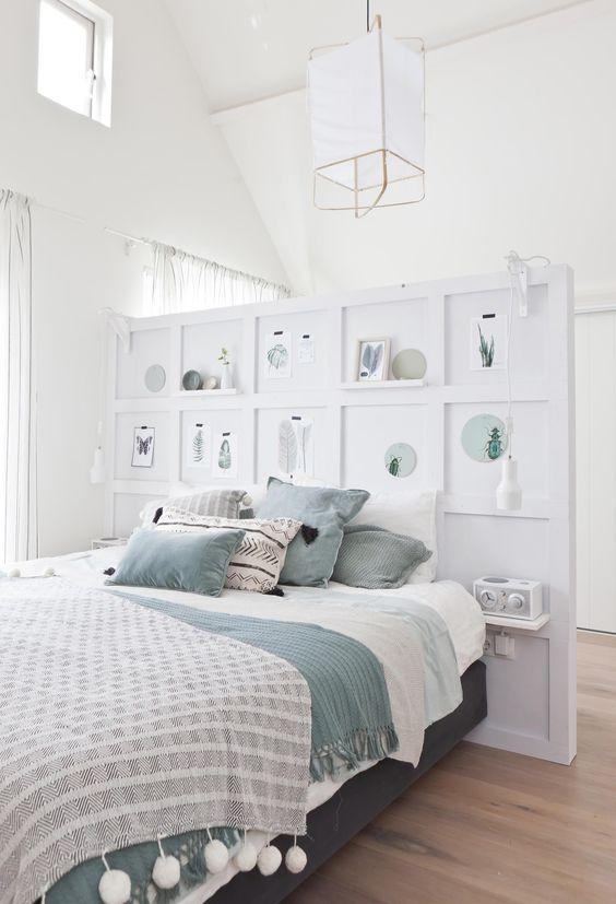 Fabriquer une cloison déco en tête de lit dans une chambre blanche