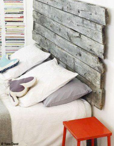 Fabriquer une tête de lit pleine de charme avec des traverses de vieilles planches ou une palette de récup c'est le bon plan pour une déco chambre originale et pas chère