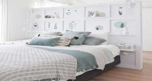 Un DIY déco pour fabriquer une tête de lit à partir de planches en bois mises en couleur avec une peinture ou une cire et tête de lit en bois flotté