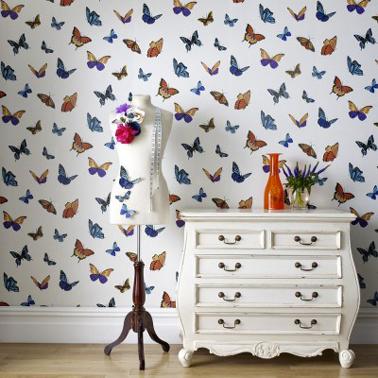 papier peint design dans chambre adulte motif envolés de papillons de couleur
