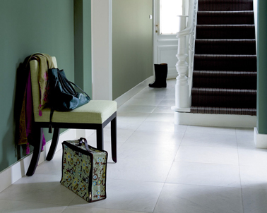 Déco entrée maison nuances de vert bronze et vert Provence associés à du blanc pour les boiseries et le carrelage sol
