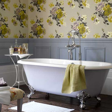 salle de bain grise et papier peint fleurs jaune. Black Bedroom Furniture Sets. Home Design Ideas