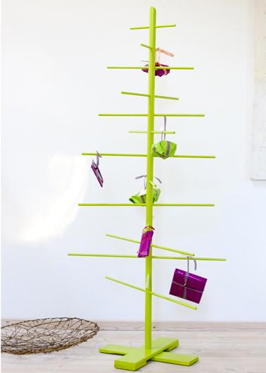 Sapin de Noël fabriqué avec baguettes en bois rondes peintes en vert anis, décoration paquet cadeaux couleur violet