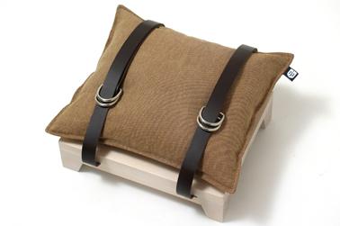 tabouret livré avec socle en bois huilé, coussin et sangle de cuir pour ranger journaux ou magazines
