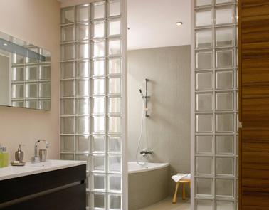 Cloison brique de verre entre baignoire et lavabo for Brique verre salle de bain
