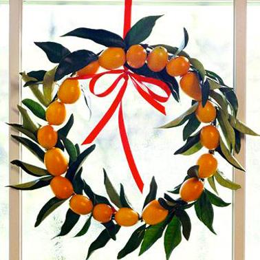 Une déco de Noël à l'extérieur 100% naturelle avec cette couronne de bienvenue réalisée dans la pure tradition USA avec des clémentines et leur feuillage fixées sur un cercle en fil de fer