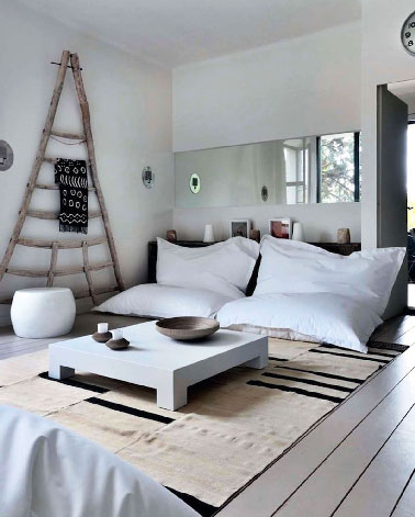 d co d 39 un salon blanc avec gros poufs pour canap. Black Bedroom Furniture Sets. Home Design Ideas