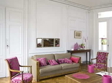 Une peinture blanche dans le salon pour mettre en valeur un canapé taupe et des fauteuils rose et taupe